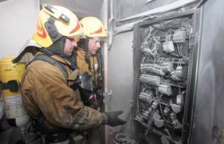 Bomberos en incendio eléctrico de comunidad sin legalizacion